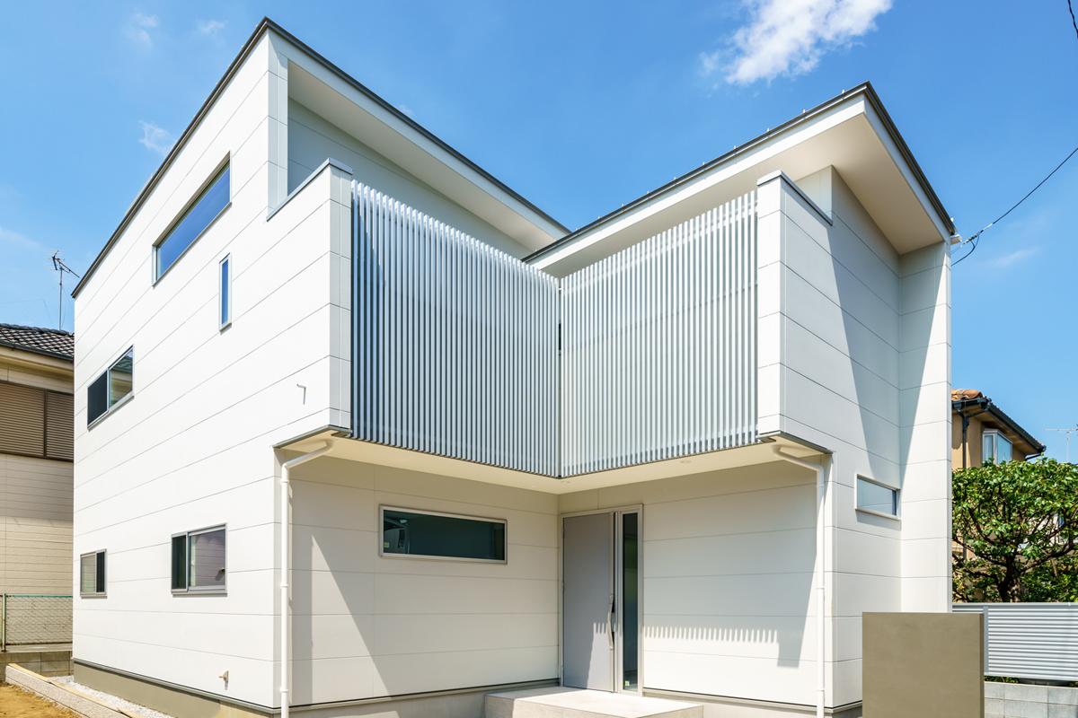 HOTEL LIKEなLDK-白い外壁×シルバー格子の家